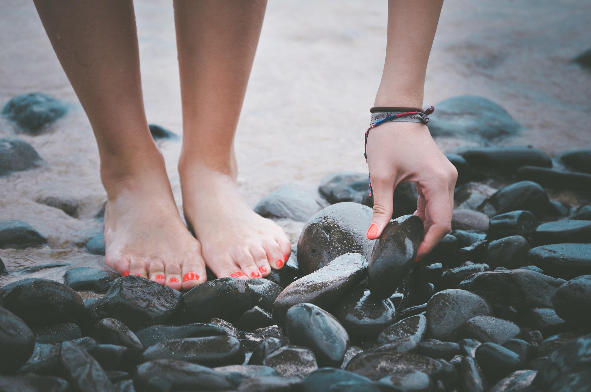 Gedicht: Wie alleen loopt – Patrice Koyo